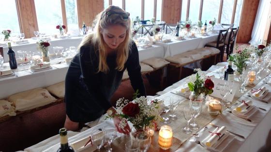 Ślubna dekoracja w restauracji i na tarasie